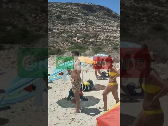 Lampedusa (Italie) : des dizaines de migrants débarquent sur une plage, sous le regard médusé des vacanciers.