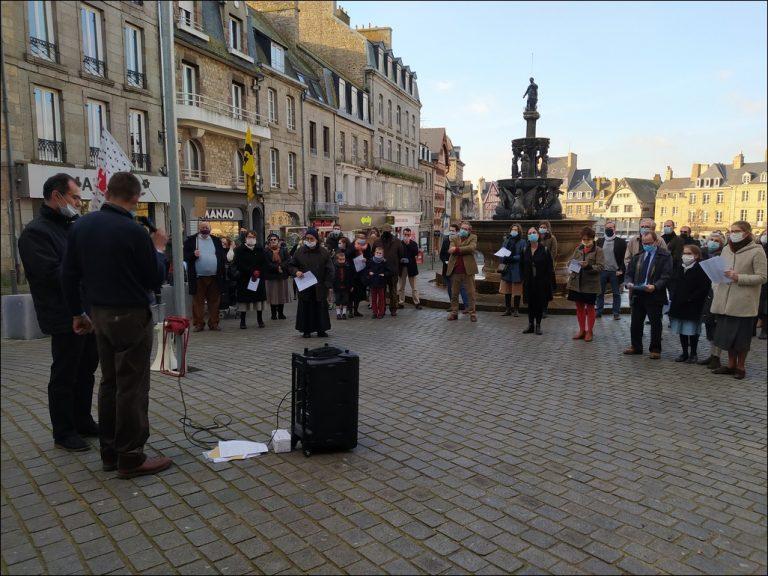 A Guingamp, des fidèles catholiques ont manifesté dimanche pour la messe