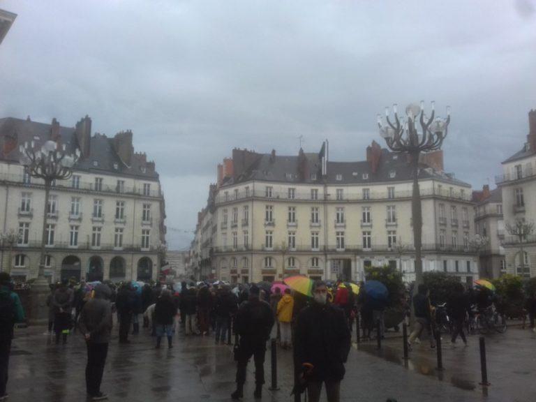 Pour la messe: des manifestations dans toute la France, le gouvernement plie, mais ne rompt pas