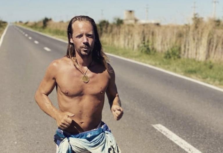Il a traversé l'Europe en 80 jours sans chaussure : A la rencontre de Florian Gomet, aventurier hygiéniste [Interview]