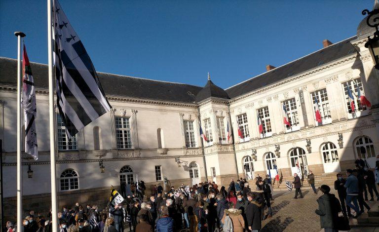Arnaque en Bretagne. Le Gwen Ha Du flotte sur la mairie de Nantes, métropole de moins en moins bretonne… [L'Agora]