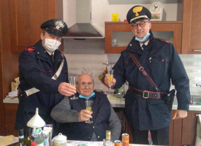 Seul le soir de Noël, un homme de 94 ans a appelé la police pour trinquer avec lui