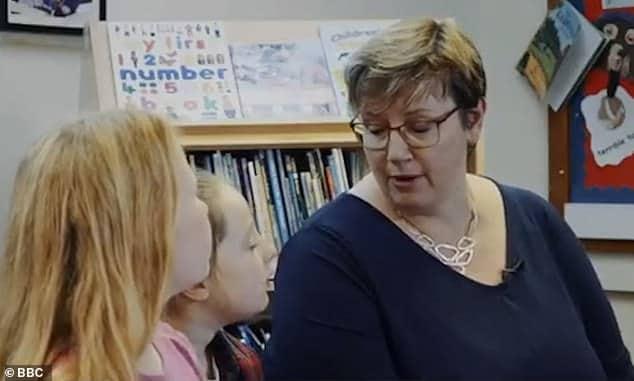 Au Royaume-Uni, une vidéo éducative de la BBC (service public) enseigne aux écoliers qu'il existe plus de 100 genres différents