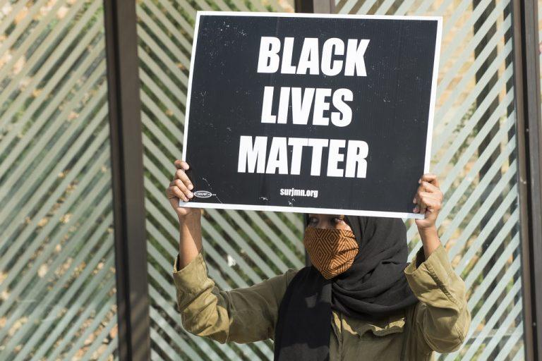 Au Royaume-Uni, des footballeurs commencent à protester contre la propagande Black Lives Matter et le genou à terre