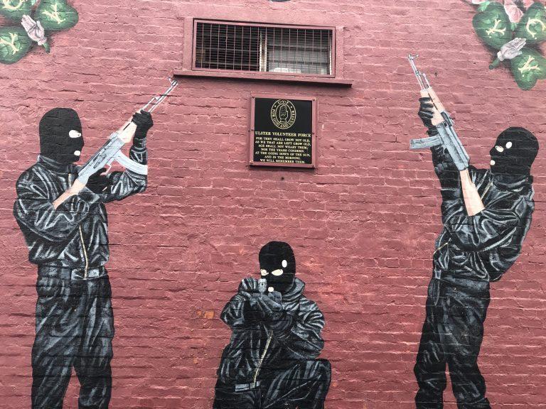 Des groupes loyalistes refusent de coopérer avec la police alors que les tensions s'accroissent au sujet du Protocole d'Irlande du Nord