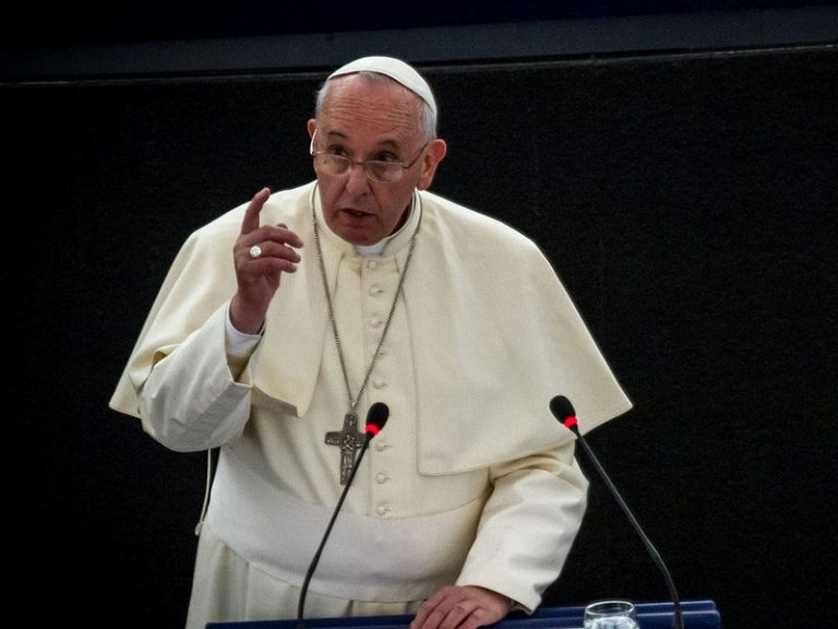 Marine Le Pen invite le pape François à s'occuper de ses affaires