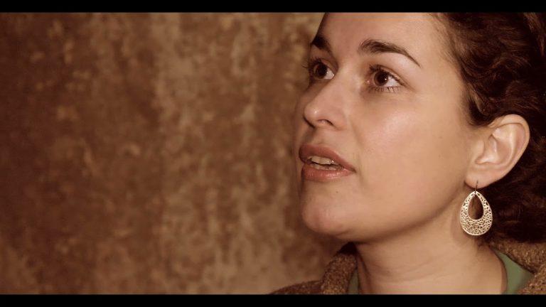 La bretonne Ann Cayre chante la complainte des Martyres d'Orange