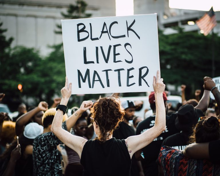 Des Black Lives Matter manifestent pour un nouveau délinquant abattu par la police…mais partent après avoir appris qu'il était blanc