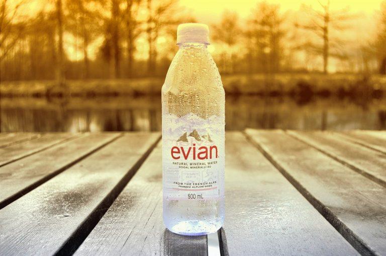 Ramadan. Incitant à la consommation d'eau, Évian boit la tasse sur Twitter…