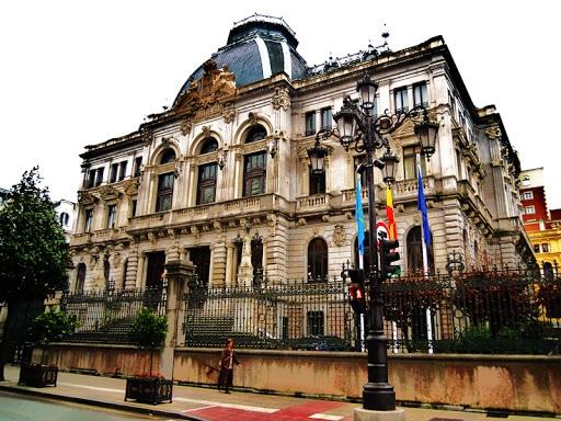 Plas an asturianeg e Parlamant an Asturies: kavet ez bet un diskoulm!