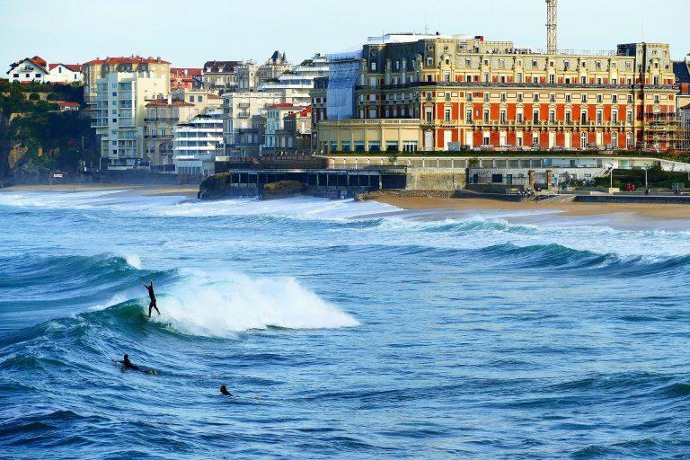 Pollutions, algues toxiques : les côtes françaises marquées par les fermetures de plages cet été