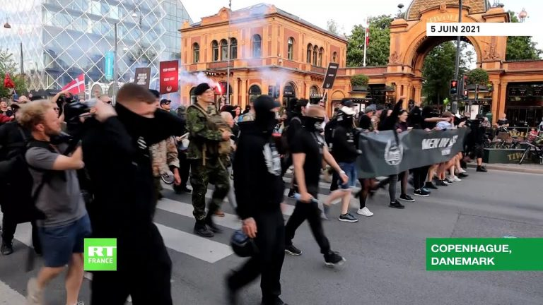 Danemark : les «Men in Black» protestent contre les mesures anti-Covid à Copenhague