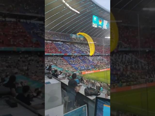 Vidéo. Euro 2021 : Un militant Greenpeace débarque sur la pelouse de France-Allemagne en ULM