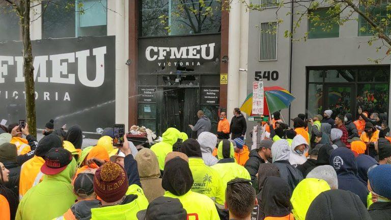 Australie. Vaccination obligatoire pour les travailleurs du bâtiment : violentes manifestations à Melbourne [Vidéo]