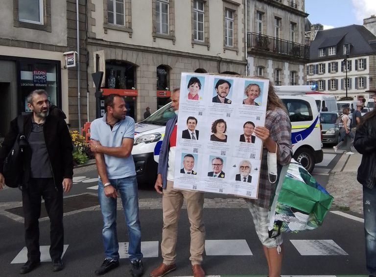 A Morlaix, les manifestants contre le pass sanitaire affichent les votes des parlementaires
