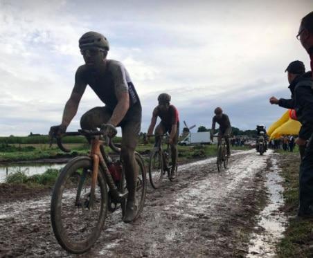Paris-Roubaix. Sonny Colbrelli dompte les pavés devant les 106 chevaliers de la route rescapés de l'enfer du Nord [Reportage]